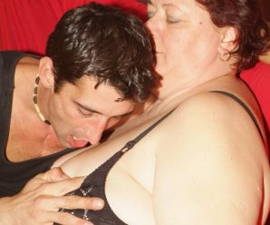 Chunky mature Agnes Eva gets down on all 4s to take doggie guy sausage dipping in her muff